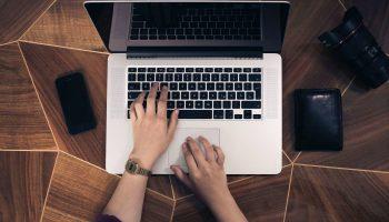 Sollicitatiebrief schrijven op laptop